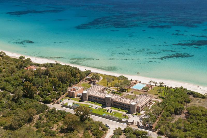 Vista aerea di un hotel affacciato sul mare a Castiadas